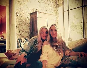 es una empresa formada por las hermanas Sofia y Natalia Vas. Sofia tiene una amplia experiencia en el mundo del comercio y el marketing, aunque su gran pasión es la enología. Natalia es diseñadora multidisciplinar y una artista plástica con una amplia tray