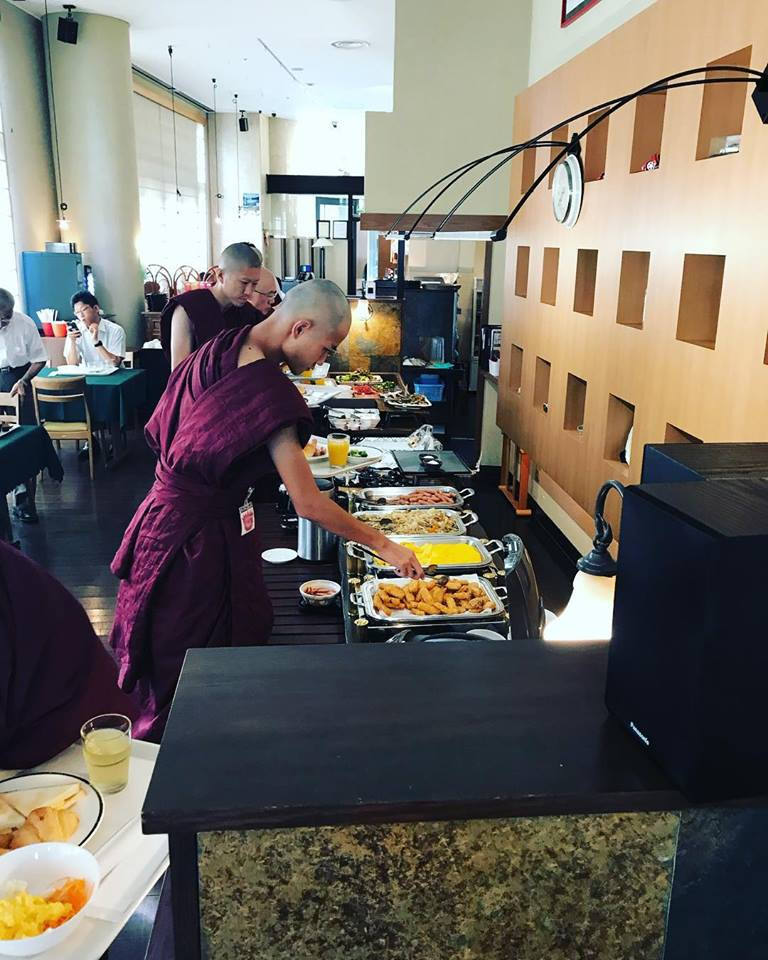 #jtba 精舎日記 ホテルバイキングで朝食のお布施 生きとし生けるものが幸せでありますように
