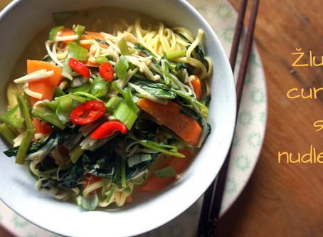 Žluté curry s nudlemi a zeleninou