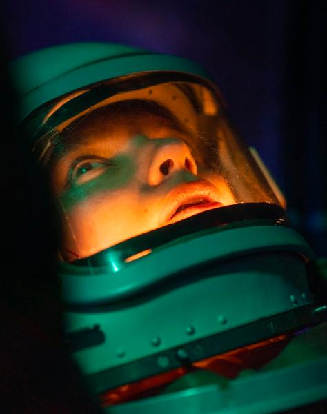 אסטרונאוט מסתכל לשמיים