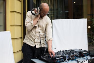 Dj plays music