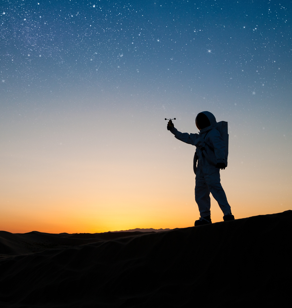 אסטרונאוט על רקע שמש שוקעת
