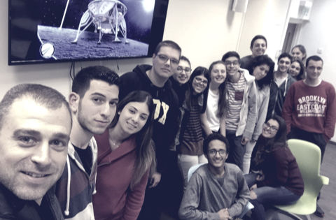 סלפי של מרצה ספייס-איי-אלל יחד עם תלמידים