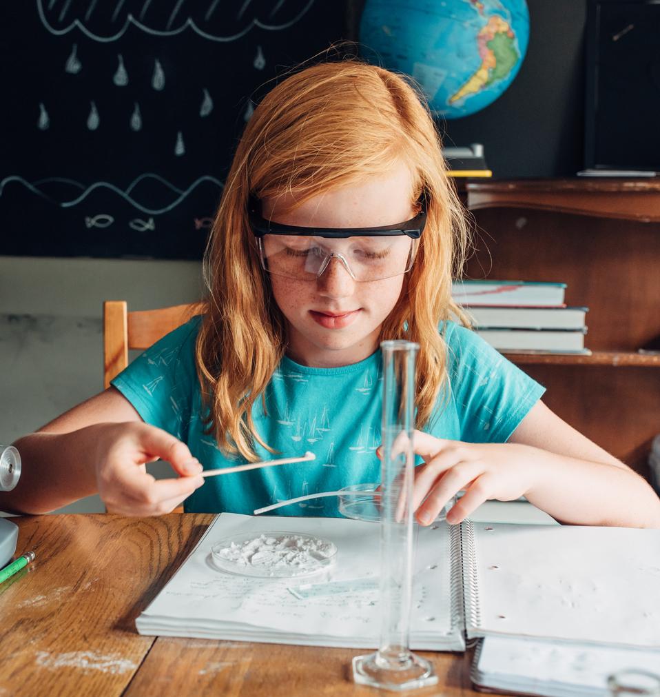 ילדה בשיעור מדעים