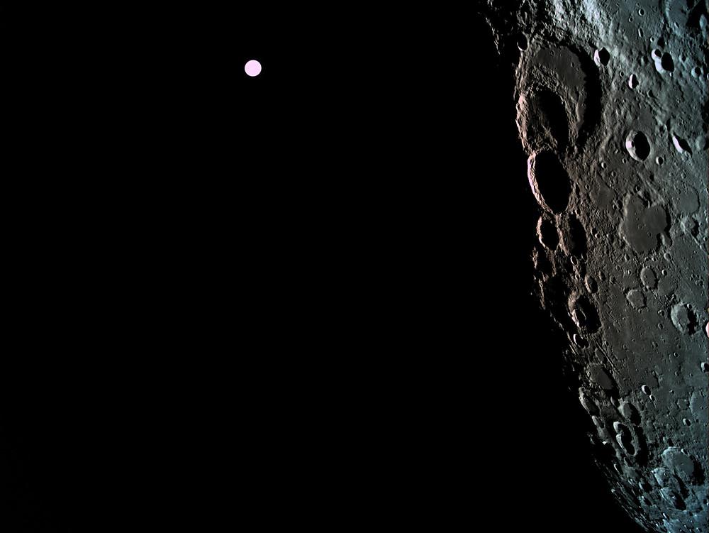 צילום של הירח וברקע כדור הארץ
