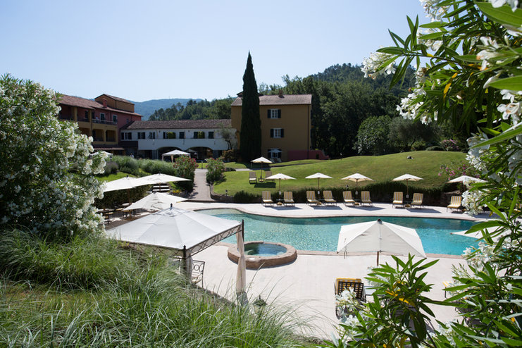 Pool and front of the house.jpg