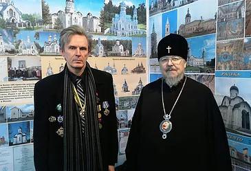 Сергей Гончаров с митрополитом Красноярским и Ачинским Пантелеимоном на выставке архитектуры и строи