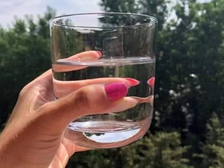 Професора и чашата с вода