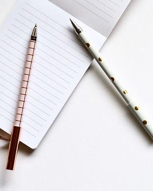 Deux stylos sur ordinateur portable
