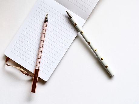 Duas canetas sobre Notebook