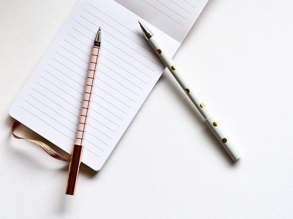 在筆記本兩支筆