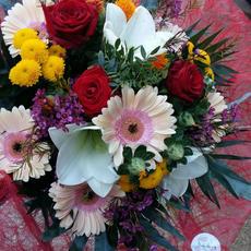 Großer gemischter Blumenstrauß mit Rosen