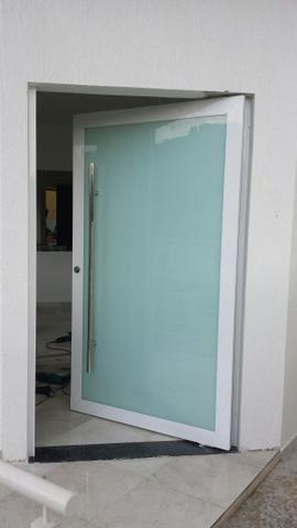 Porta pivotante com vidro amplo.