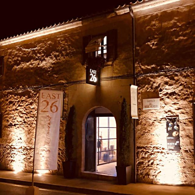 East 26 Eingang bei Nacht