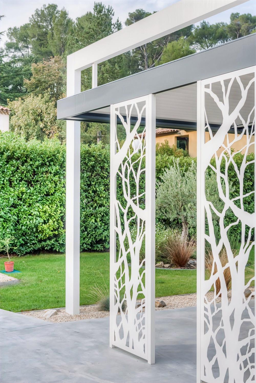 Pergola bioclimatique Sol Design Solembra blanche et gris anthracite avec arche aérienne et claustra décoratifs