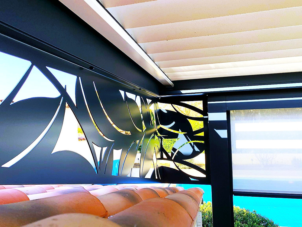 Photo Après de l'avancée de toit de l'appentis de la maison provençale de notre cliente à Vaison-la-Romaine dans le Vaucluse après l'installation de la pergola bioclimatique Sol Design Solembra design avec focus sur le claustra en angle unique vue de l'intérieur sous la pergola vers la piscine