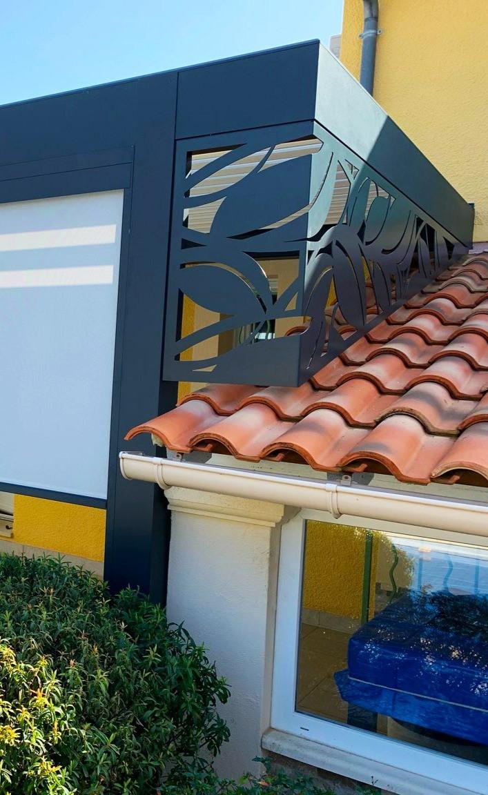 Photo Après de l'avancée de toit de l'appentis de la maison provençale de notre cliente à Vaison-la-Romaine dans le Vaucluse après l'installation de la pergola bioclimatique Sol Design Solembra unique et design avec focus sur le claustra en angle vue de face