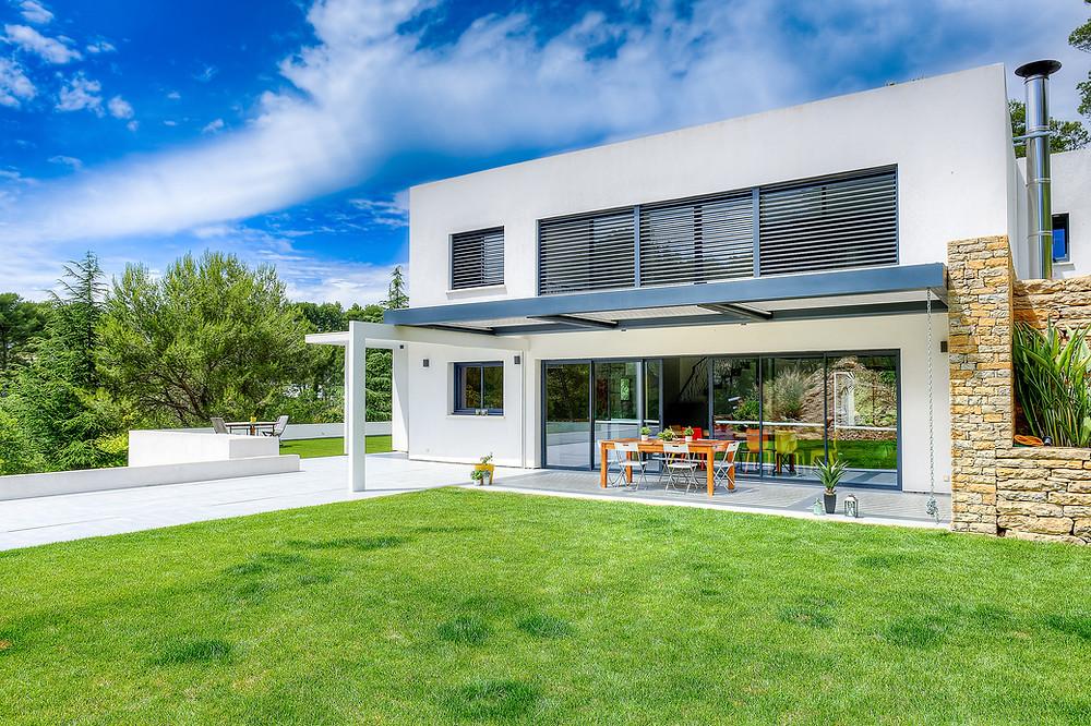 Pergola bioclimatique Sol Design Solembra haut-de-gamme aux lignes architecturales