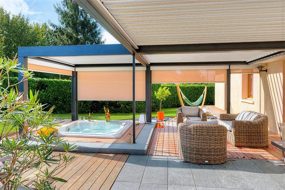 Pergola bioclimatique à lames orientables Sol Design Solembra avec jeux de profondeurs pour délimiter les espaces sur la terrasse et store Zip Screen
