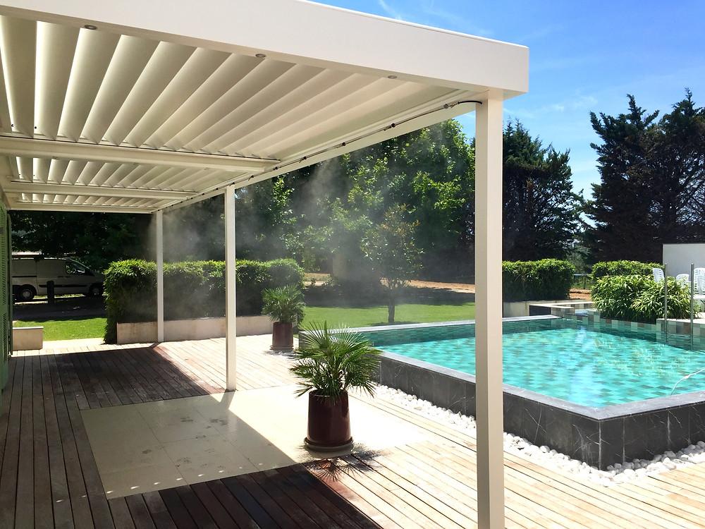 Pergola bioclimatique blanche sur-mesure Sol Design Solembra avec 3 modules de lames lames orientables et accessoires haut-de-gamme brumisateurs vue de dessous