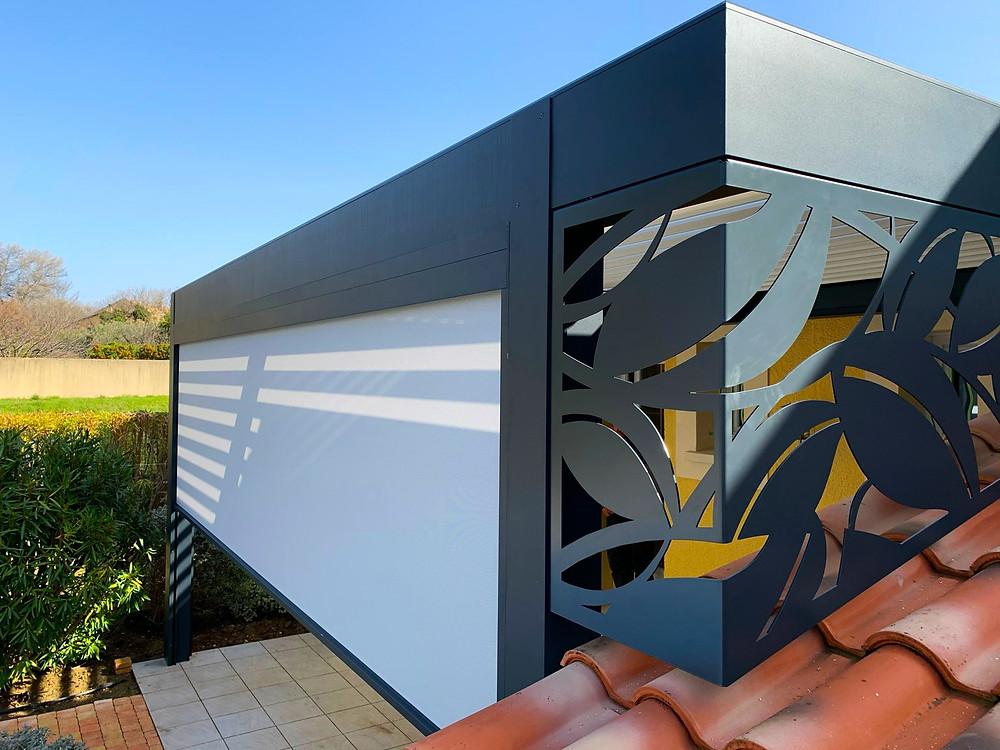 Photo Après de l'avancée de toit de l'appentis de la maison provençale de notre cliente à Vaison-la-Romaine dans le Vaucluse après l'installation de la pergola bioclimatique Sol Design Solembra design avec focus sur le claustra en angle unique vue de côté