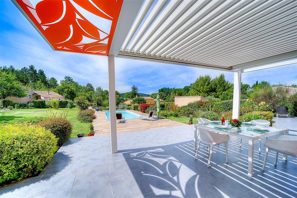 Pergola bioclimatique Sol Design Solembra avec Claustra décoratif sur-mesure coloré