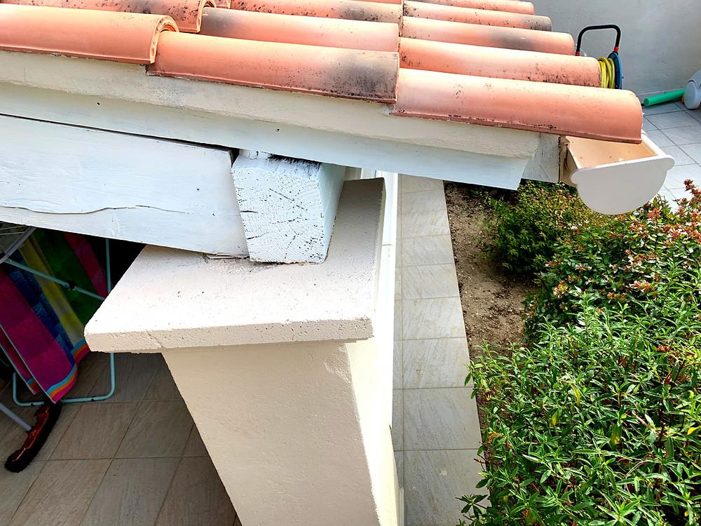 Photo Avant du pilier en béton de l'avancée de toit de l'appentis de la la maison provençale de notre cliente à Vaison-la-Romaine dans le Vaucluse avant l'installation de la pergola bioclimatique unique et design avec claustra en angle et poteau décalé Sol Design Solembra