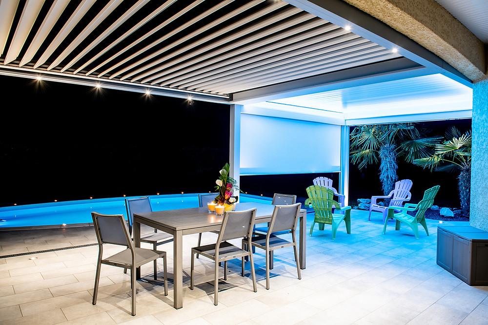 Pergola bioclimatique sur-mesure Sol Design Solembra avec lames orientableset accessoires haut-de-gamme éclairage LED par bandeau ruban LED Couleur RGB et spots orientables intégrés à la structure et store zip screenvue de dessous