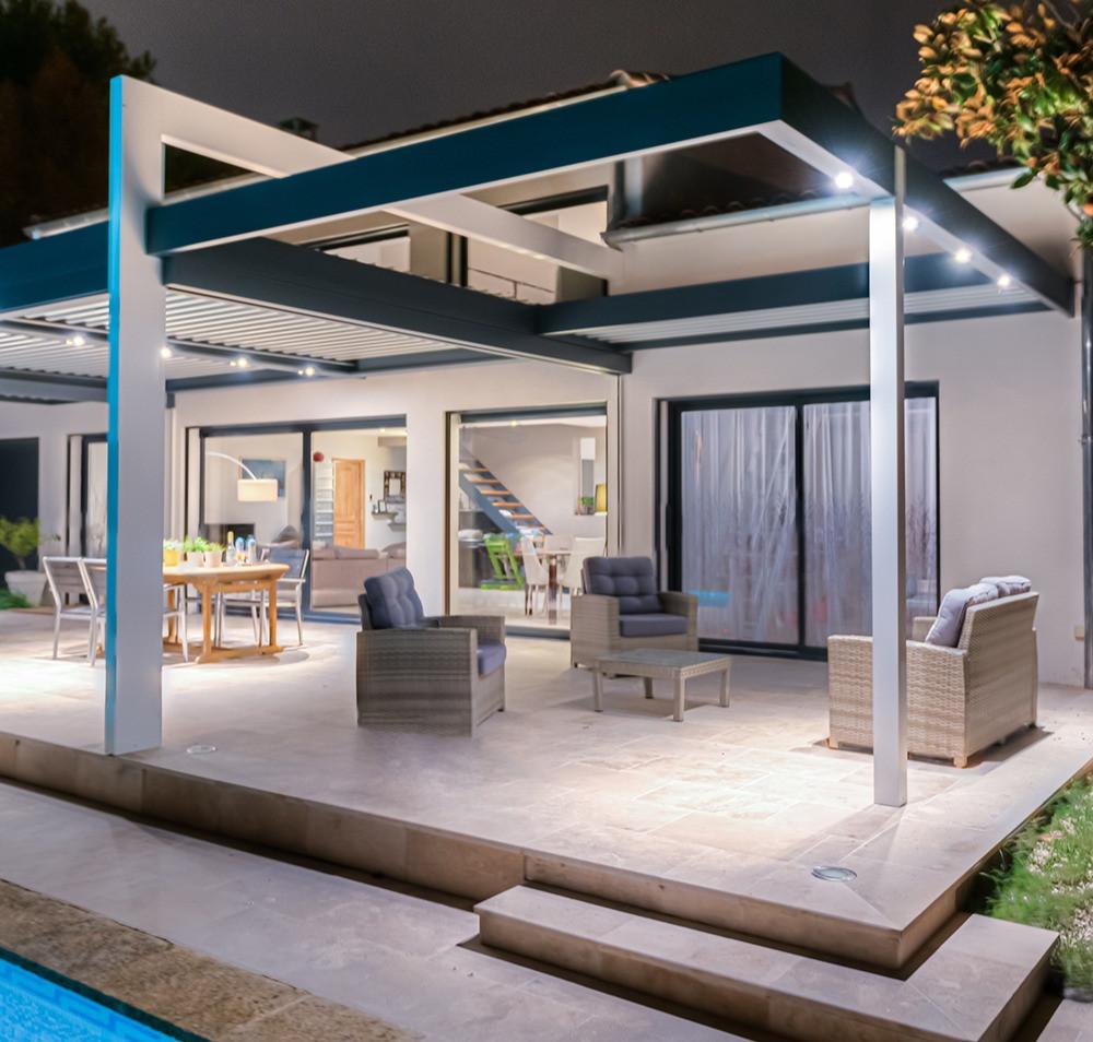 Pergola bioclimatique blanche et gris anthracite sur-mesure Sol Design Solembra avec lames orientables, arches et avancée de charpente et accessoires haut-de-gamme éclairage LED spots orientables intégrés à la structure vue de dessous