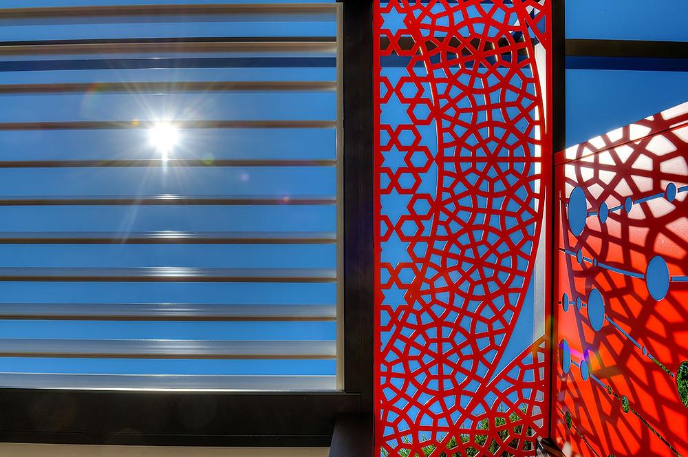 Pergola bioclimatique Sol Design Solembra  claustras décoratifs créant des jeux d'ombres et de lumières