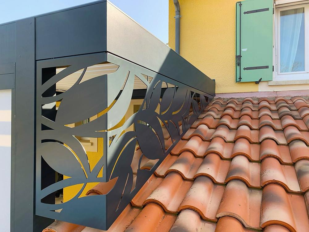 Photo Après de l'avancée de toit de l'appentis de la maison provençale de notre cliente à Vaison-la-Romaine dans le Vaucluse après l'installation de la pergola bioclimatique Sol Design Solembra unique et design avec focus sur le claustra en angle