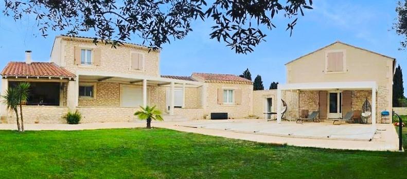 Photo l'aménagement extérieur des deux terrasses avec deux pergolas bioclimatiques sur-mesure Sol Design Solembra harmonisé avec la pierre de la maison rénovée par nos clients à Arles, Bouches-du-Rhône, dans le Sud de la France