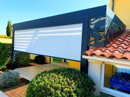 Comment poser une pergola design unique sur une terrasse atypique avec avancée de toit en pente ?