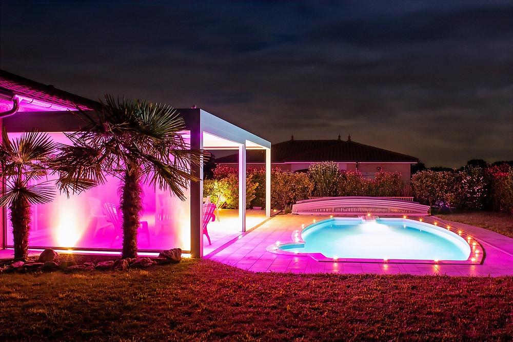 Pergola bioclimatique à lames orientables Sol Design Solembra avec éclairages LED spots et bandeaux LED pour créer des ambiances lounge