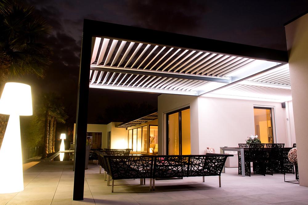 Pergola bioclimatique sur-mesure Sol Design Solembra avec 4 modules de lames orientables, portée XXL et accessoire haut-de-gamme éclairage LED par bandeau ruban LED blanc à intensité variable intégré à la structure vue de dessous