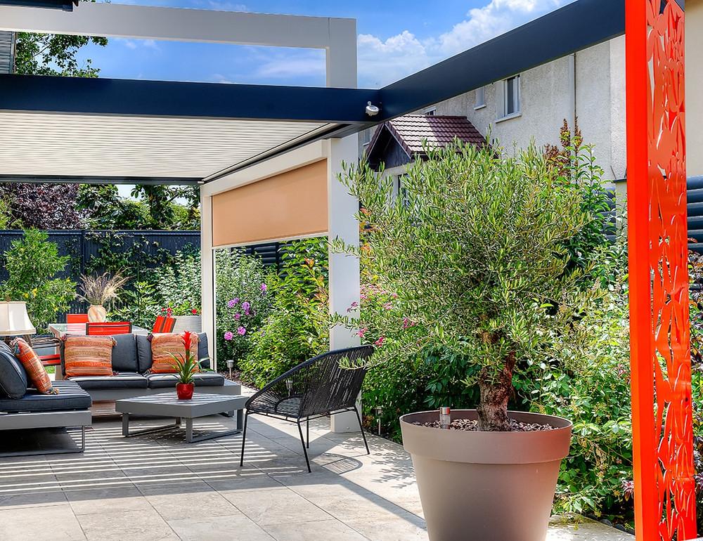 Pergola bioclimatique Sol Design Solembra avec capteur de pluie, Arche, Claustra et store Zip