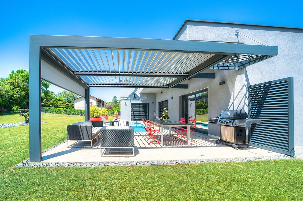 Pergola bioclimatique à lames orientables Sol Design Solembra aux lignes architecturales et claustra décoratif sur-mesure design