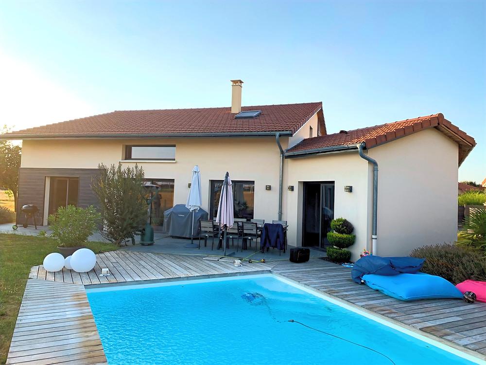 Photo de la maison de notre client à Viriat près de Bourg-en-Bresse dans l'Ain avant l'installation de la pergola bioclimatique sur-mesure avec poutre en diagonale et claustra Sol Design Solembra