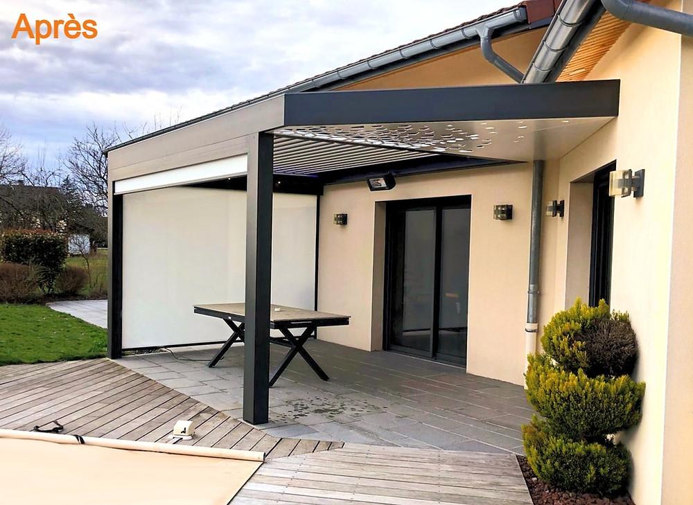 Photo Avant/Après de la pergola bioclimatique sur-mesure avec poutre en diagonale claustra et accessoires confort de vie Sol Design Solembra à Viriat près de Bourg-en-Bresse dans l'Ain vue sur la terrasse extérieure