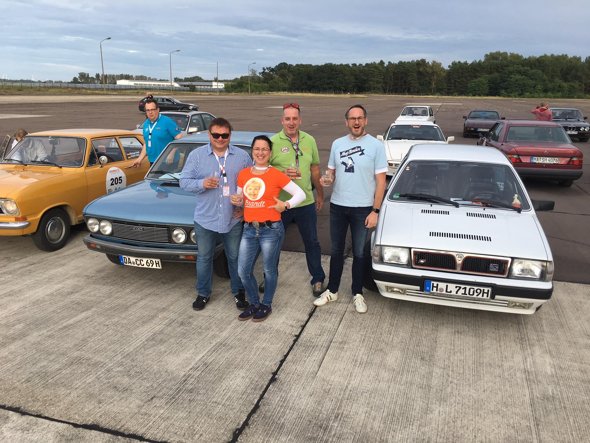 Team auf dem Flugplatz