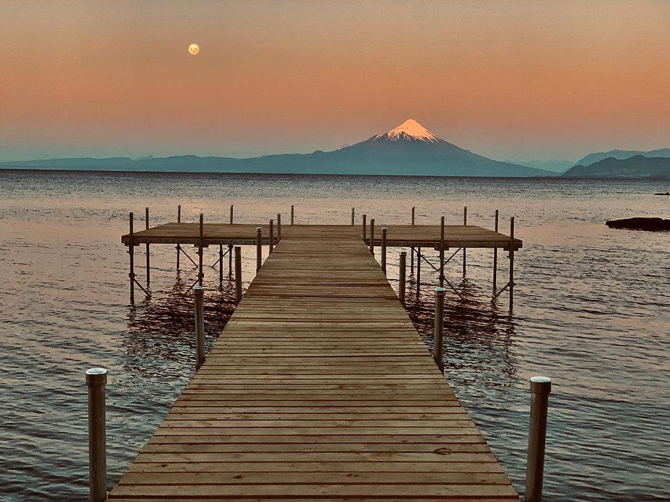Nuestro muelle que ingresa al lago Llanquihue con las mejores vistas de los volcanes