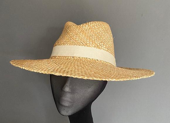 Medium brimmed straw hat