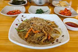 Koreaanse japchae gerecht
