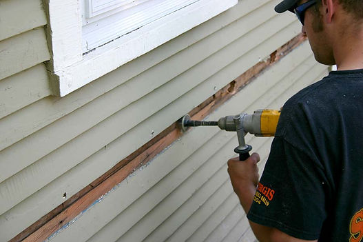 insulation expert working in Indianapolis Indiana on cellulose insulation service