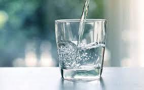 L'eau est indispensable à la vie. Sans eau, notre corps ne pourrait pas survivre.