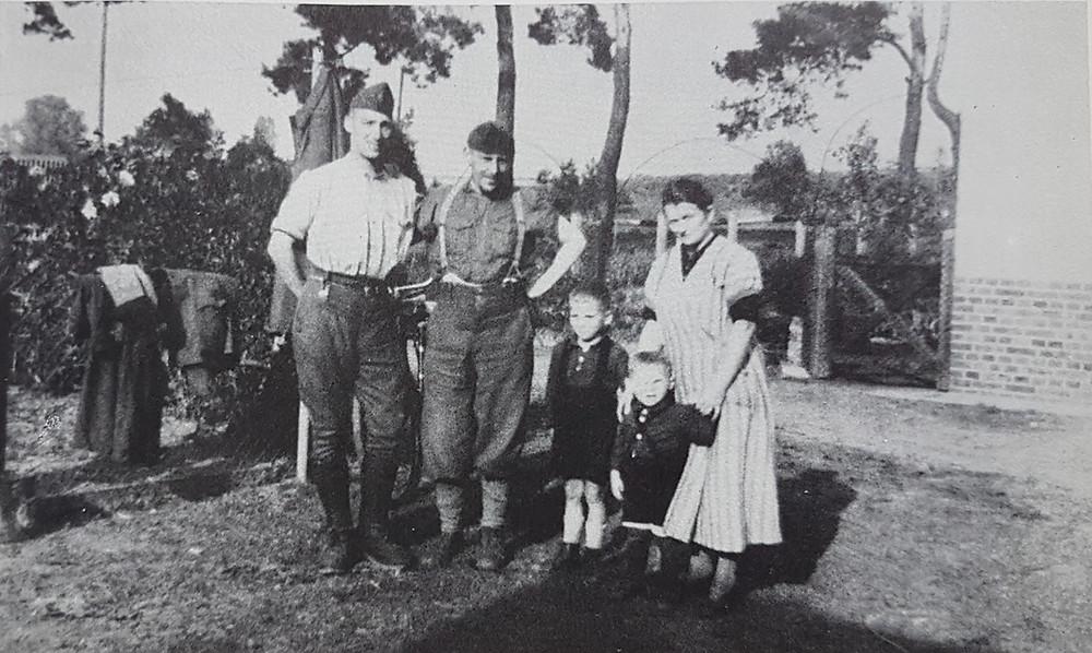 Prisonniers français avec une femme allemande et ses deux enfants