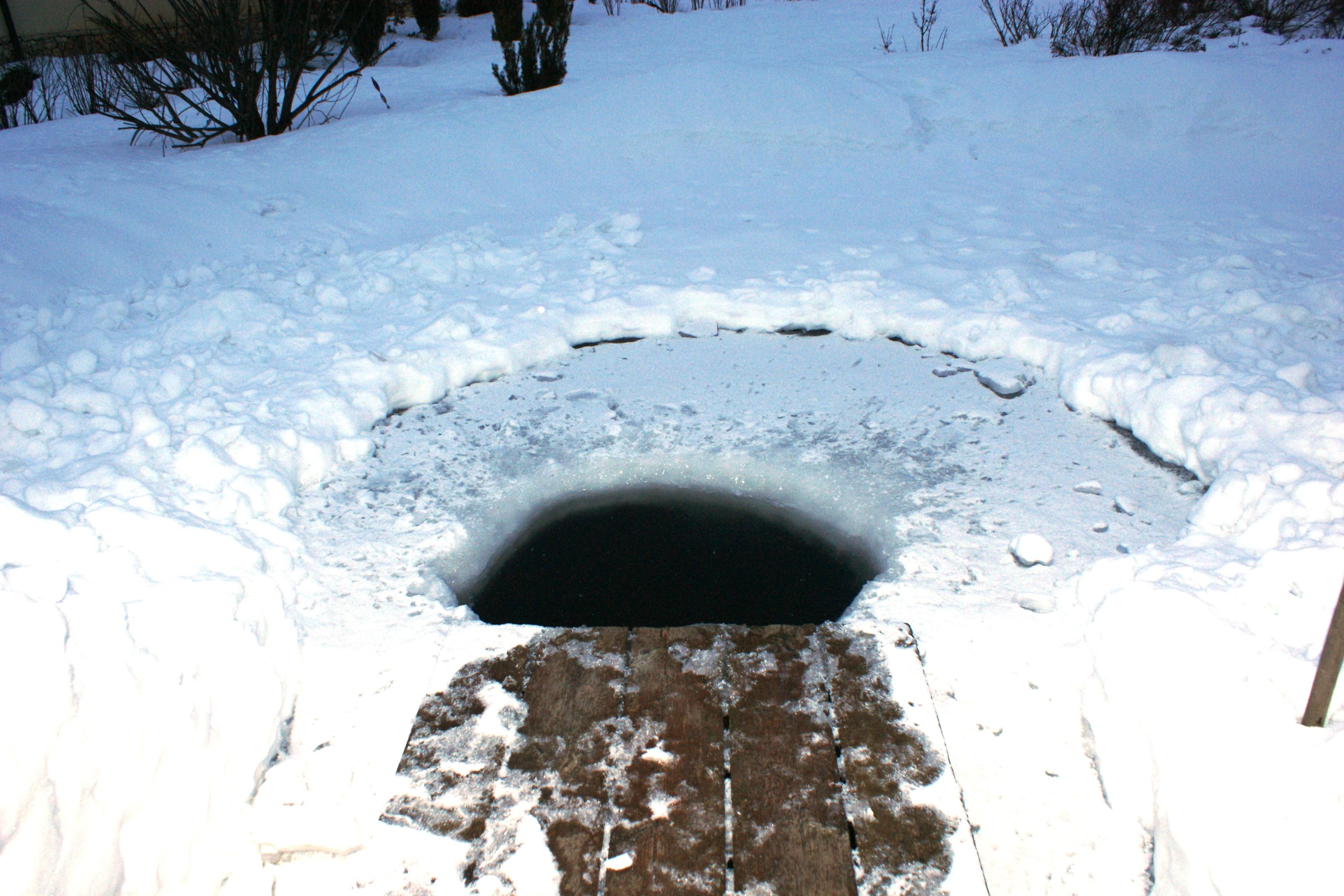 Баня прорубь зимой у бани