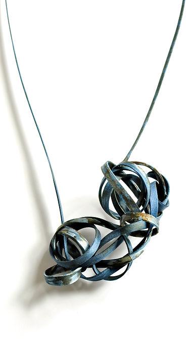 Isabelle Molénat - KNOTS -   Collier  teinture indigo et rouille sur soie gainée