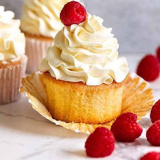 Vanilla-Cupcakes-with-Vanilla-Swiss-Meri