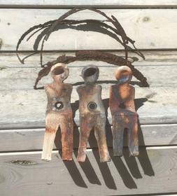 De 3. Handgevormd keramiek met oud-ijzer-bogen.